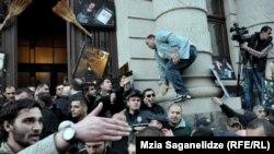 Protestçiler Tbilisiniň Milli kitaphanasynyň öňünde çykyş edýärler. Tbilisi, 8-nji fewral, 2013.