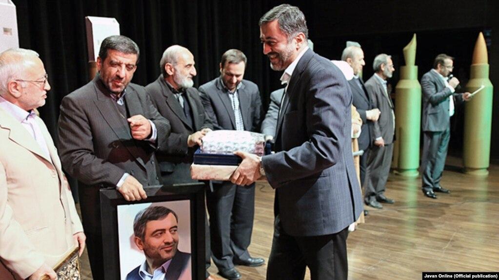 عبدالله گنجی (وسط) در جمع مدیران و فعالان رسانهای اصولگرا