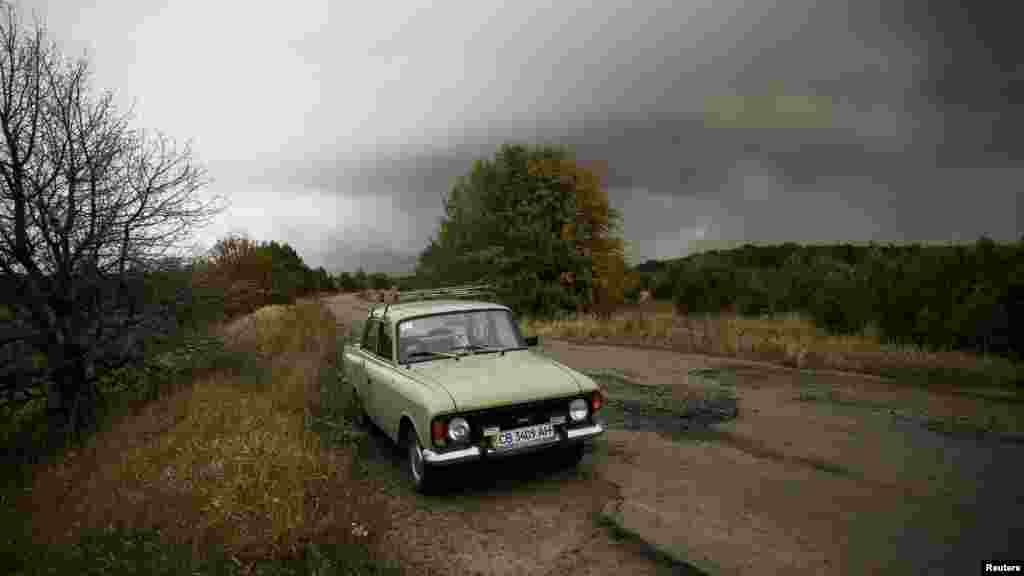 Заброшенная машина на дороге в поселке Дружба, неподалеку от складов боеприпасов.