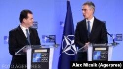 Premierul român, Ludovic Orban, și secretarul general al NATO, Jens Stoltenberg, într-o conferință de presă comună la sediul NATO