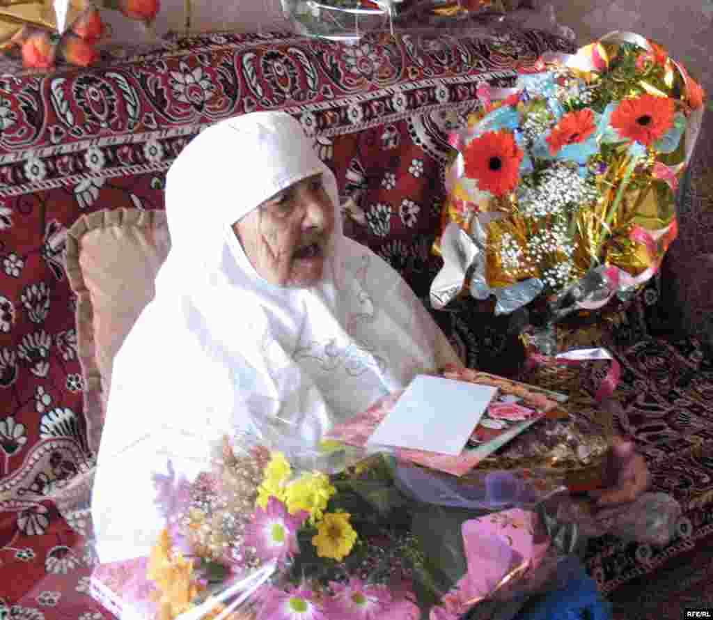 Сахан Досова принимает поздравления с днем рождения. Караганда, 27 марта 2009 года.