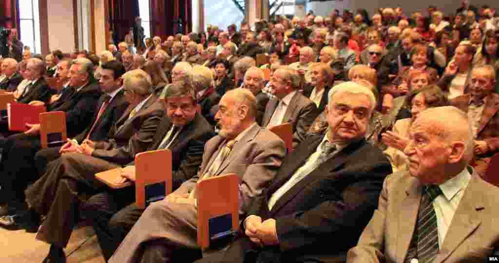 МАКЕДОНИЈА / БУГАРИЈА - Македонската академија на науките и уметностите (МАНУ) и Бугарската академија на науките (БАН) на средба во Скопје изразиле подготвеност да им помогнат на своите влади во реализација на Договорот за добрососедство и соработка и за таа цел двете академии ќе формираат меѓуакадемска група предводена од нивните претседатели, соопшти МАНУ.