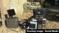 Кундузда қарулы содырлар тартып алған кейбір электрондық құралдар. Ауғанстан, 1 қазан 2015 жыл.