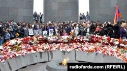 Armenia -- People lay flowers at the Tsitsernakaberd Memorial, Yerevan, 24Apr2015