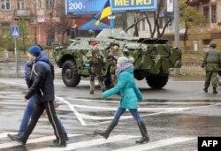 Українські військовослужбовці охороняють виборчу дільницю в Маріуполі. 29 листопада 2015 року