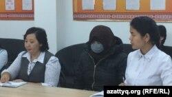 Мать первоклассницы, приходившей в школу в платке, Жамиля Сакиева (в центре), на собрании в школе № 60. Актобе, 1 ноября 2017 года.