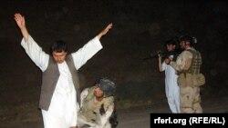 Ауған полициясының бақылау-өткізу бекетіндегі тексерісі, Ауғанстан. (Көрнекі сурет).