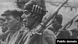 فداییان فرقه دموکرات آذربایجان که در واقع گروههای شبهنظامی محلی بودند و تسلیحاتشان را از شوروی میگرفتند.