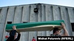 Sud je donio odluku da je Holandija odgovorna za samo jednu grupu ljudi koji su popisani na spisak od strane Holanđana u toku pada Srebrenice u zgradi bivše fabrike akumulatora (Fotografija: Dženaza žrtvama genocida prolazi ispred bivše fabrike akumulatora, juli 2018.