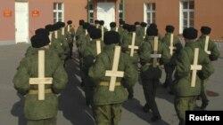 Солдаты тренируют военную выправку, используя деревянные кресты