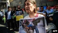 شماری از معترضان به حملات گسترده اخیر در حلب، در میدان استقلال، استانبول