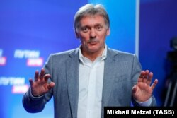 Дмитрий Песков общается с журналистами