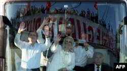 Turqi - Kryeministri Recep Tayyip Erdogan (M) dhe bashkëshortja e tij Emine përshëndesin mbështetësit në Ankara, 09Qershor2013 (Ilustrim)