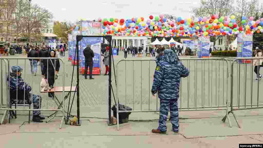 Севастопольцы и гости города могли попасть на мероприятие только через рамки металлоискателей