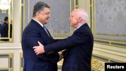 Петр Порошенко и Джон Маккейн в Киеве, 30 декабря 2016 года