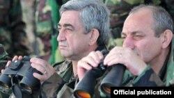 Arxiv fotosu: Ermənistan prezidenti Serzh Sarkisian (Solda) və Qarabağda özünü prezident elan etmiş Bako Sahakyan