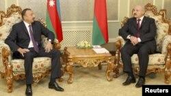 Arxiv foto: Azərbaycan prezidenti İlham Əliyev (solda) Minskdə həmkarı Aleksander Lukashenko ilə görüşür. 28 avqust 2012