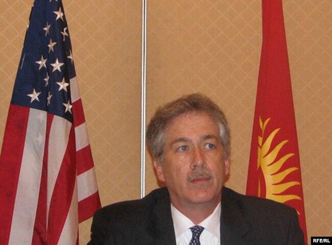АКШнын Мамлекеттик катчысынын саясий маселелер боюнча орун басары У. Бөрнс. Бишкек. 2009-жылдын 12-июлу.