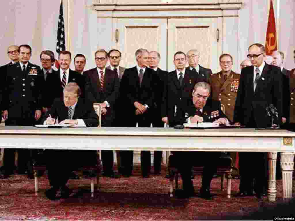 Russia/US- U.S. President Jimmy Carter and Soviet leader Leonid Brezhnev sign the SALT II treaty, Vienna,18Jun1979 - Rob2007