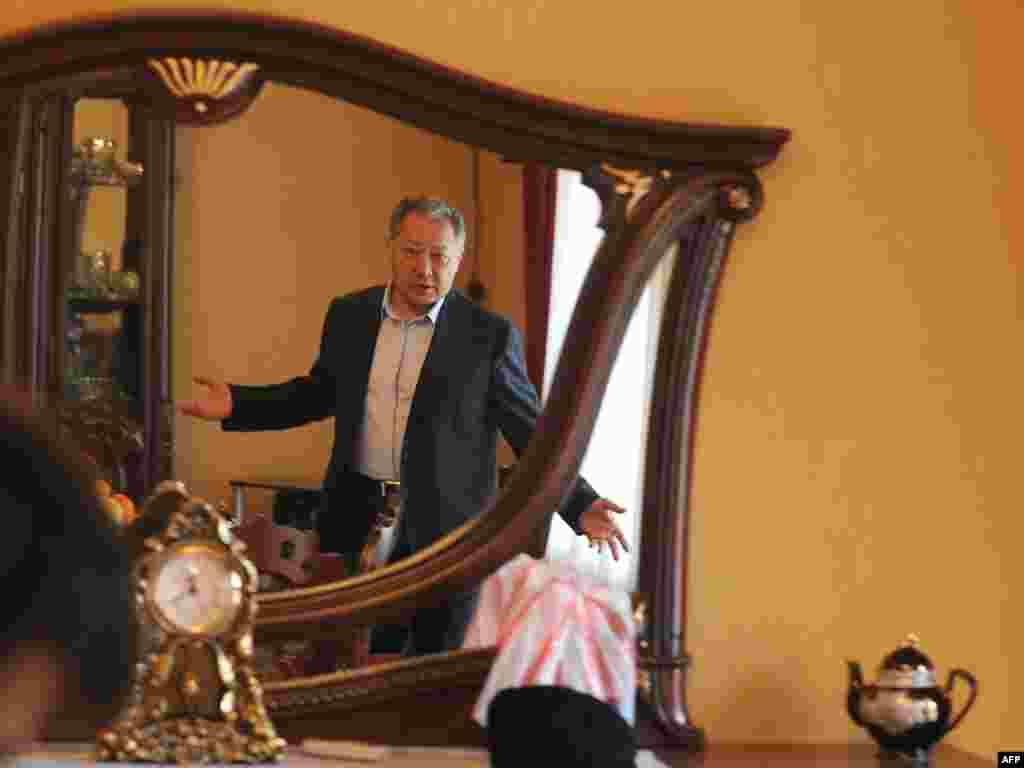 Курманбек Бакиев AFP кабарчысы менен сүйлөшүүдө. 2010-жылдын 9-апрелинде тартылган сүрөт, Жалал-Абад облусу. Кийинчерээк бийликтен кулатылган президент үй-бүлөсү, жакындары менен Беларустан башпаанек тапкан.