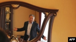 Курманбек Бакиев AFP кабарчысы менен сүйлөшүүдө.(2010-жылдын 9-апрелинде тартылган сүрөт, Жалал-Абад облусу.)