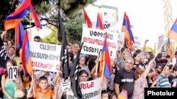Вірмени в Лівані демонстрували проти зближення з Туреччиною під час візиту президента Вірменії Сержа Сарґсяна до Бейрута. 6 жовтня 2009 р.