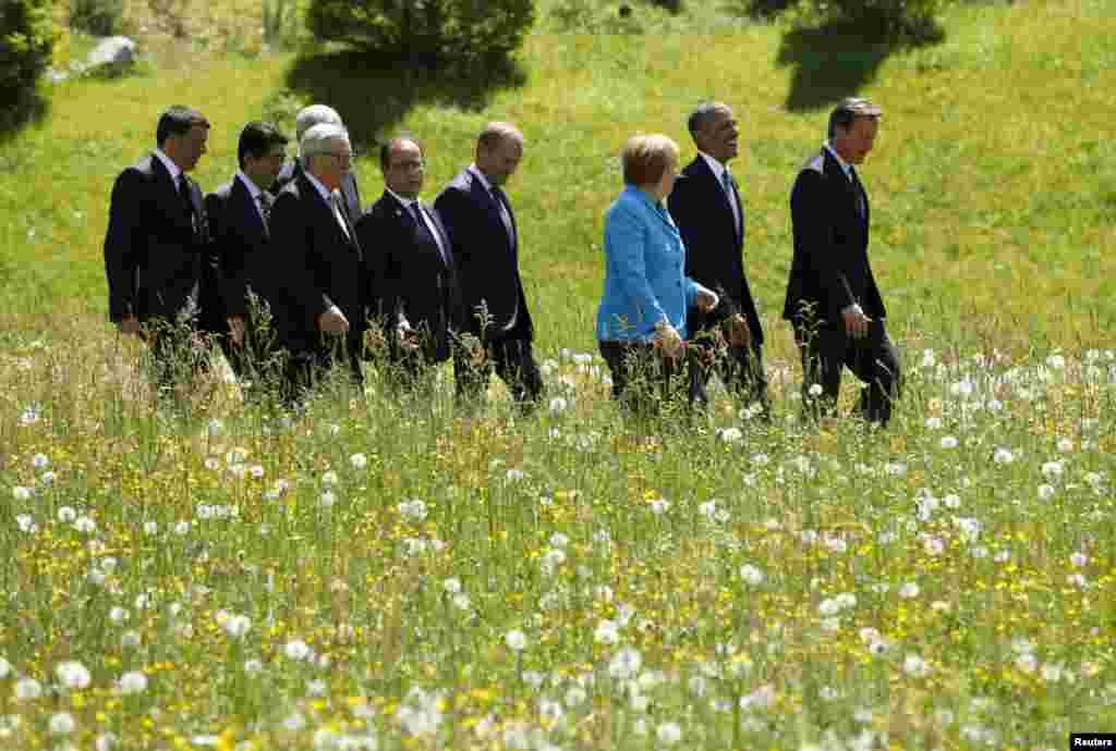 Барак Обама, Дейвід Камерон та АнґелаМеркель попереду інших лідерів G7 йдуть до місця групової фотографії в містечку Крюн