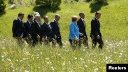 """Президент США Барак Обама, премьер-министр Великобритании Дэвид Кэмерон и канцлер ФРГ на саммите """"Большой семёрки"""" в Крюне, 7 июня 2015 года"""
