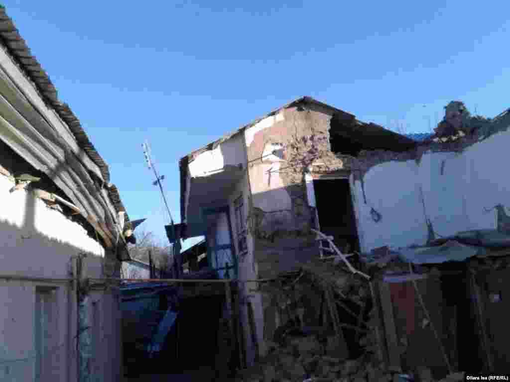 В результате взрыва обвалилась часть двухэтажного строения барачного типа. Под завалами оказалось несколько человек. Одна из них – Аружан Дауылбай 2015 года рождения. Малышка находилась в момент взрыва в детской колыбели (бесике), после ЧП ее доставили в больницу. Мать ребенка, 26-летняя Сабина Орынбаева, скончалась после взрыва.