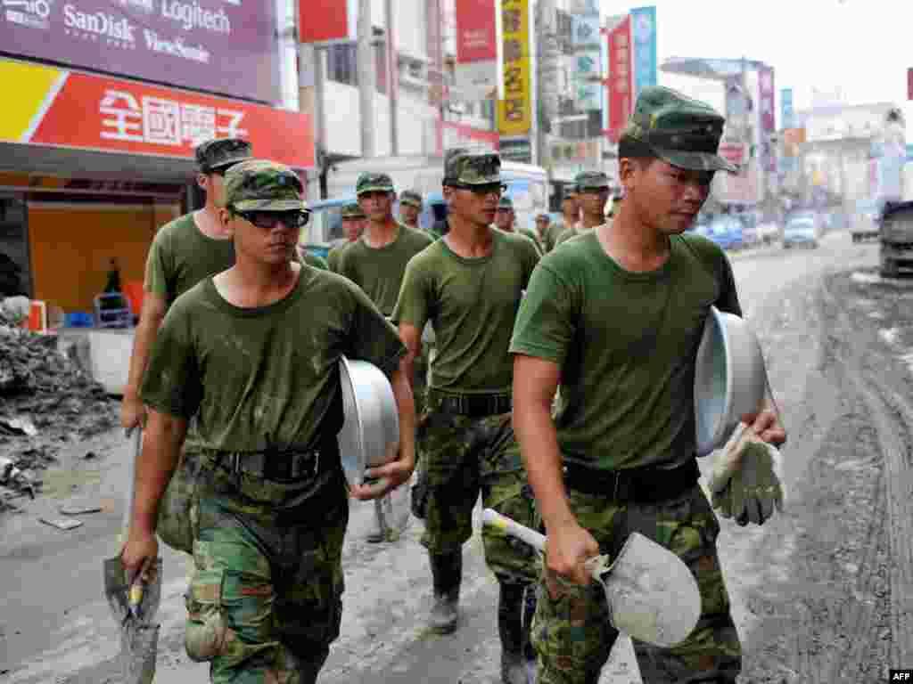 """На юге Тайваня после тайфуна """"Моракот"""" 20 тысяч солдат принимают участие в спасательной операции."""