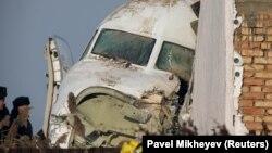 Носовая часть самолета Fokker 100 авиакомпании Bek Air. Алматы, 27 декабря 2019 года.