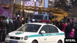 Наурызды мерекелеп жүргендердің арасында полиция көлігі бірден көзге шалынады. Алматы, 22 наурыз, 2010 жыл.