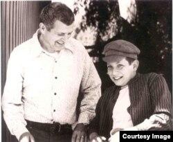 Фрэнсис Гэри Пауэрс-младший с отцом, 1976 год