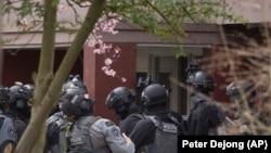 Ҳолландия полицияси кўчаларни назорат қилмоқда.