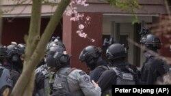 Hollandiya antiterror polisi bir binaya hücum etməyə hazırlaşır