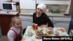 Валентина Суглобова, которой кризисный центр помог в трудной жизненной ситуации, говорит, что она с дочкой до сих пор находит в центре помощь в виде продуктов, одежды, и это помогает ей экономить и снимать маленькую квартиру.