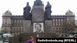 Fotografia e Vaclav Havelit në qendër të Pragës (dhjetor 2013) në dyvjetorin e vdekjes së tij