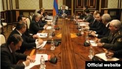 Президент Армении проводит заседание Совета национальной безопасности РА, Ереван, 25 февраля 2014 г. (Фотография - пресс-служба президента Армении)