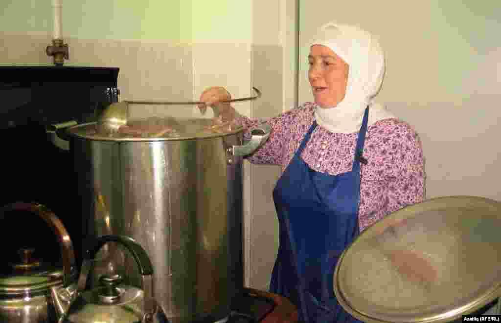 Ифтар ашы пешерүче Нәкыйбә Әхмәтханова