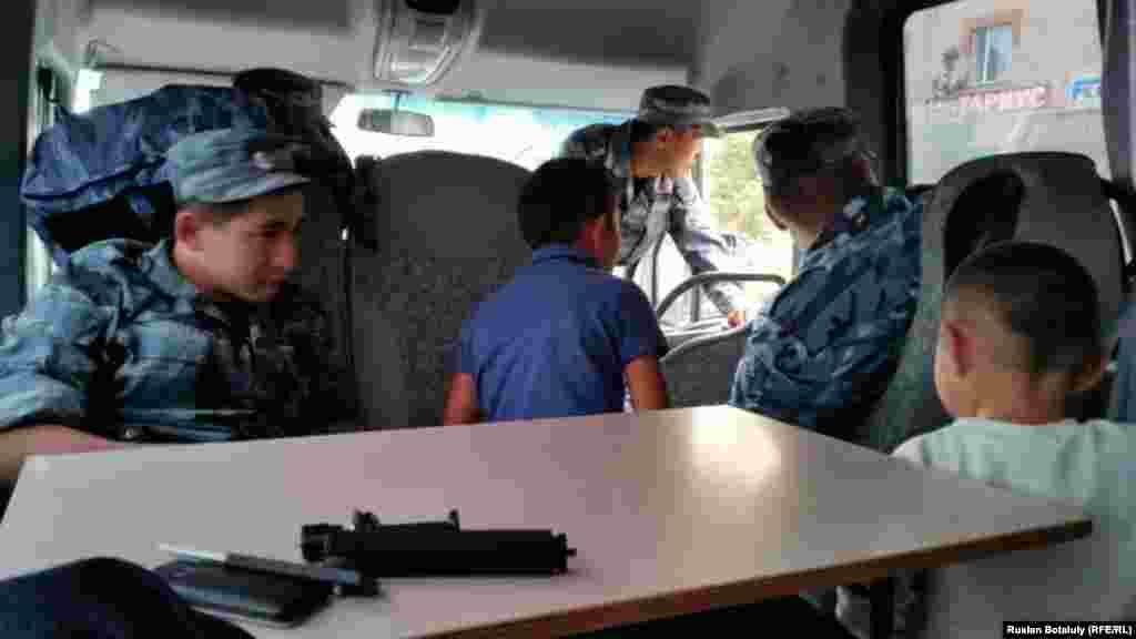 Задержанных полицейские привезли в акимат района Алматы. Некоторое время женщина с детьми просидела в автобусе. Потом ей организовали встречу с представителем акимата.