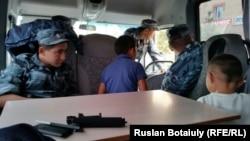 Ақорда алдындағы наразылыққа шыққан отбасыны ұстаған полицейлер. Астана, 29 шілде, 2015 жыл.
