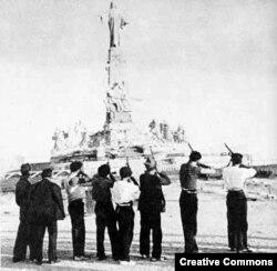 Испанские республиканцы во время гражданской войны символически расстреливают статую Христа