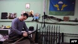 یک عضو گروه «جنبش امپراتوری روسیه» که خود را برای درگیریهای شرق اوکراین به نفع جداییطلبان طرفدار روسیه آماده میکند.