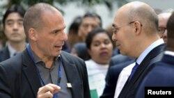 Министр финансов Греции Янис Варуфакис беседует с председателем Национального банка Казахстана Кайратом Келимбетовым на сессии Международного валютного фонда и Всемирного банка. Вашингтон, 18 апреля 2015 года.