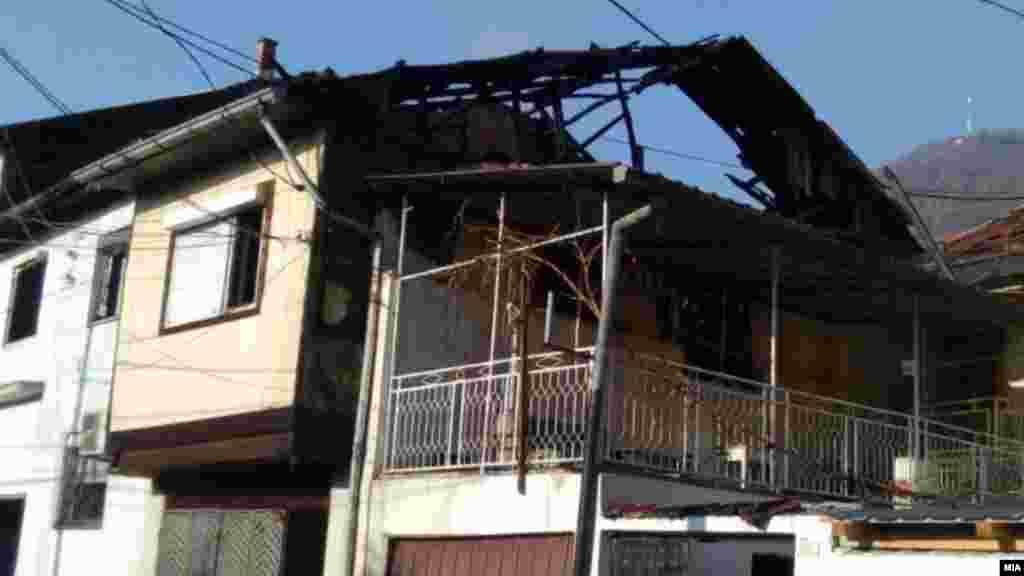 МАКЕДОНИЈА - Мајка и четири малолетни деца загинаа во пожар во нивната семејна куќа во Тетово. Мајката имала 39 години, а децата, три момчиња и едно девојче, биле на возраст од 4 до 13 години. Кога се случил пожарот таткото и сопруг бил на работа како ноќен чувар.