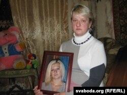 Ірына Емяльянчыкава з партрэтам дачкі