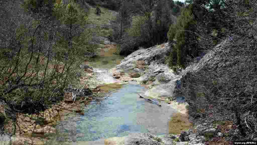 Река Бага стекает с гор и является правым притоком реки Черной, наполняющей Чернореченское водохранилище в Байдарской долине