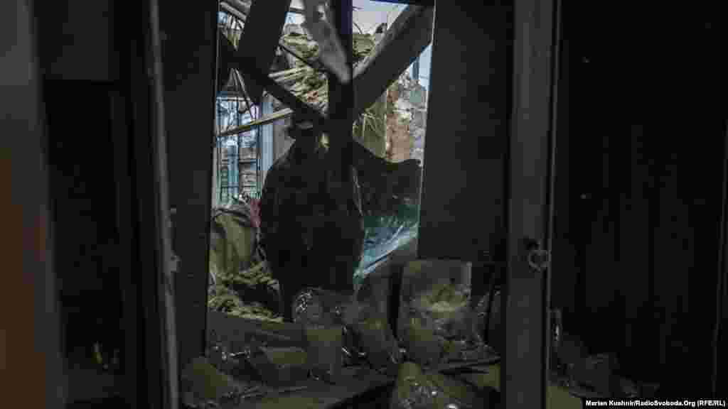 Валентин розповідає, що зламаний дах, а стіни пошкоджені. У кутку кімнати, де стояли ікони, стеля втрималася, завдяки чому будинок не зруйнувався повністю
