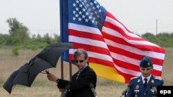 Сотрудник посольства США в Румынии – на месте будущей базы в Девеселу во время объявления места, выбранного для объекта. Снимок сделан в мае 2011 года