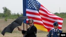 Архівне фото: на колишній базі Девеселу оголошують про домовленість збудувати там об'єкт ПРО, 3 травня 2011 року